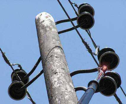 Яркие и частые вспышки индикатора контактной части хорошо видны на расстоянии 8—10 м даже в солнечную погоду